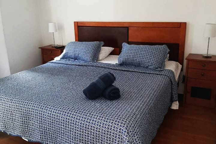 Habitación con cama matrimonial y baño privado