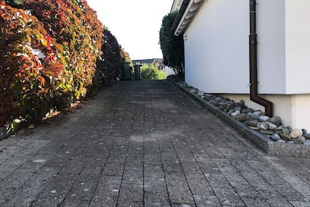 2.60m breiter Zugang zum Gästeeingang.