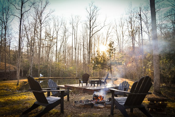 Charlotte's Cottage: Pond,Firepit, 2 Miles from DT
