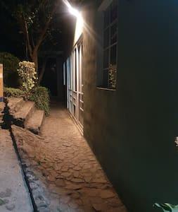 Entrada iluminada con lamparas solares que funcionan toda la noche