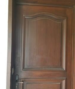 porte entrée : largeur 84 Cm
