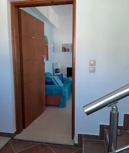 Τό διαμερισμά είναι στό 2ο όροφο μέ σκάλες.