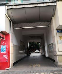 马路边入口处,左拐电梯