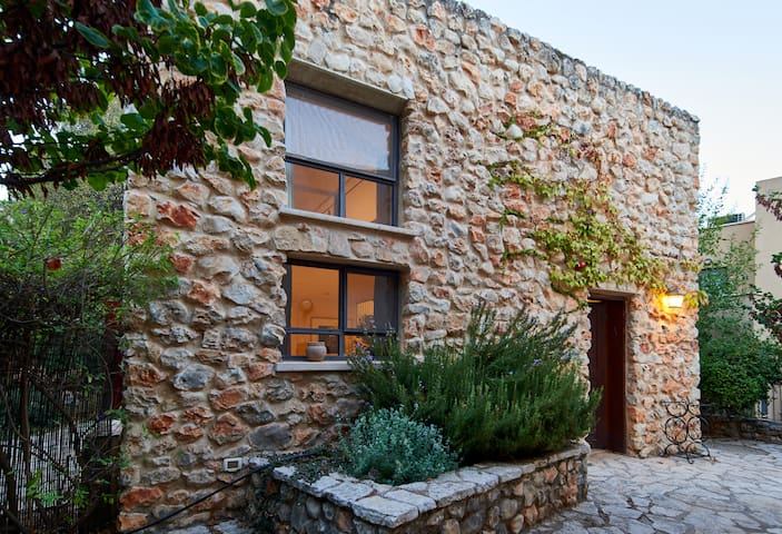 Charming garden cottage in scenic Rosh Pina
