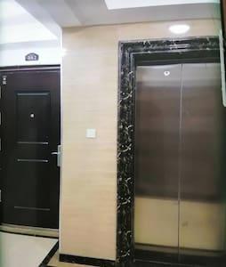 一家配一户电梯,有5个感应灯