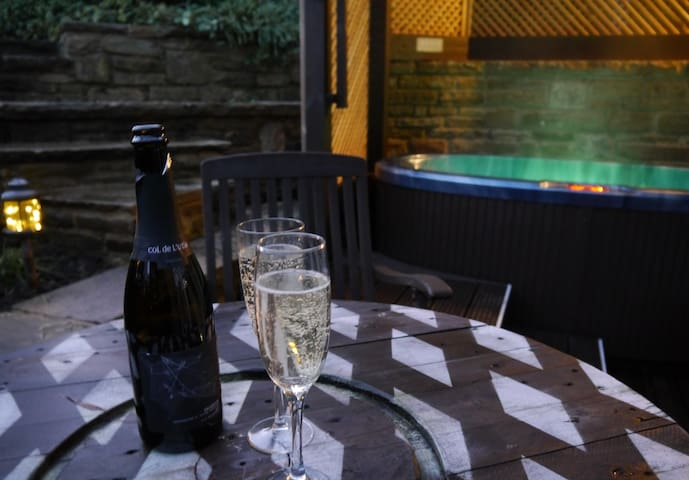 The Granary with hot tub - 2 miles from Skipton