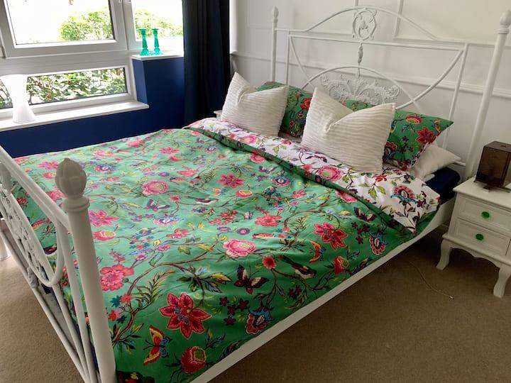 stylish & spacious bedroom in beautiful Hitchin