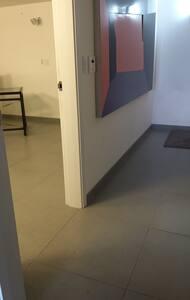 방으로 들어가는 복도와 방입구