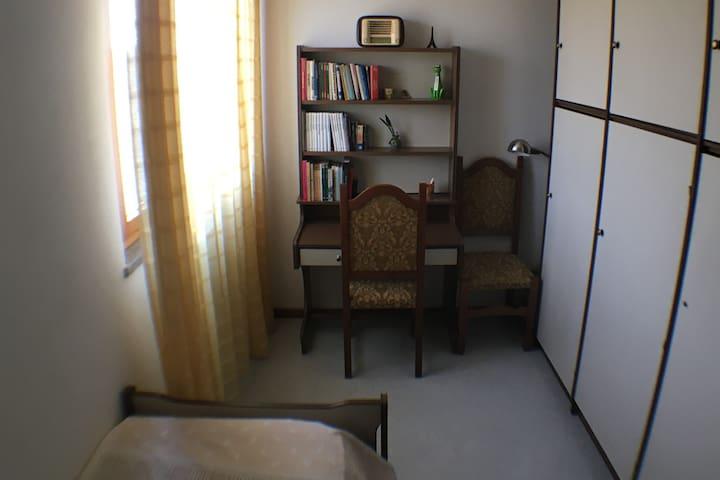 Camera/Studio dotata di letto singolo e armadio a 6 ante.