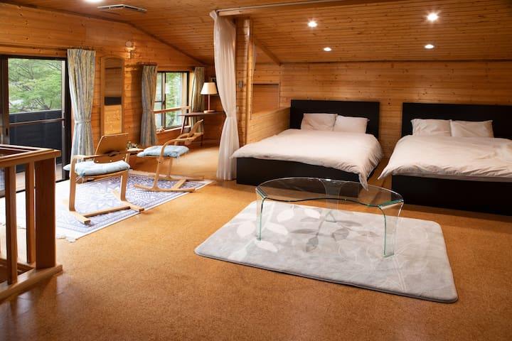 2階寝室 ダブル*2、 人時に応じて、ダブルの布団*1、セミダブルのマットレス*1が追加されます。