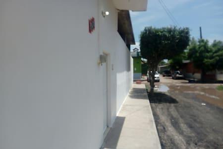 Puerta de acceso por la calle Colima