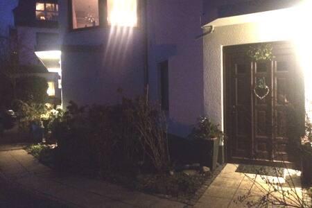 Weg und Eingang zur Wohnung abends mit Beleuchtung  Path and entrance to flat illuminated in evening