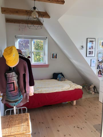 Teenage room on the 1. floor with a double bed (140), 2 windows and a desk.