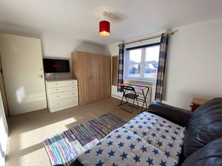 "City Centre 8 min walk 32"" TV Netflix - Fast Wifi"
