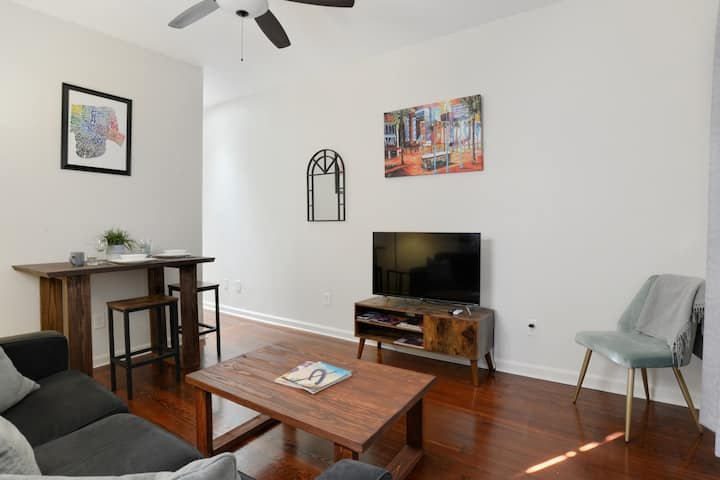 Great 2 Bedroom Apartment near St. Claude Ave.