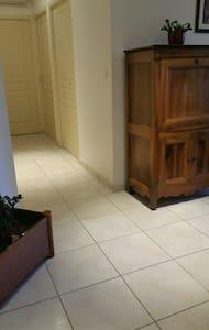 couloir conduisant à la chambre, largeur 1 m.
