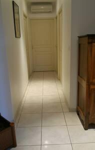 largeur du couloir, 1m.