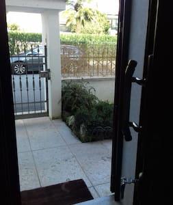 L' accesso esterno del vialetto d' ingresso ha uno scalino alto cm  5  come l ' entrata che ha uno scalino di 10 cm