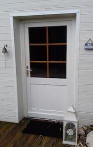 La chambre est située en rez-de-jardin, devant la place de parking, l'entrée dispose d'un seuil de porte direct, la porte est de 92 cm