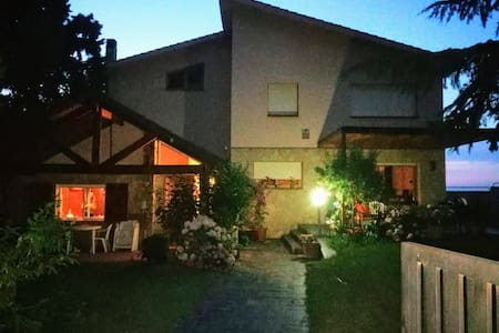 La entrada a la casita rural. Pasillo ancho y totalmente llano.