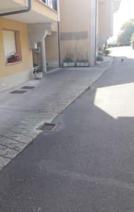 Gångväg utan nivåskillnader till ingången