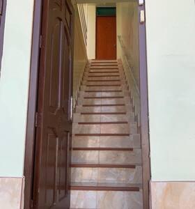 En la entrada de la puerta del lado derecho se encuentra el interupto de la luz