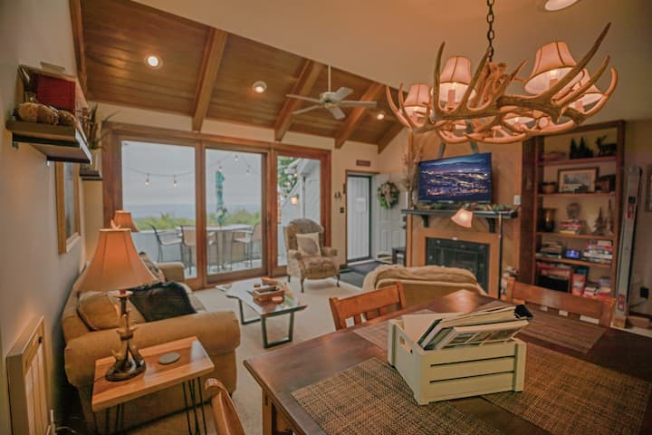 Cozy & clean home w/ stunning views! Walk to town