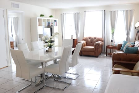 2 Br/2Ba Private Apt/2 Garages, Steps to the Beach