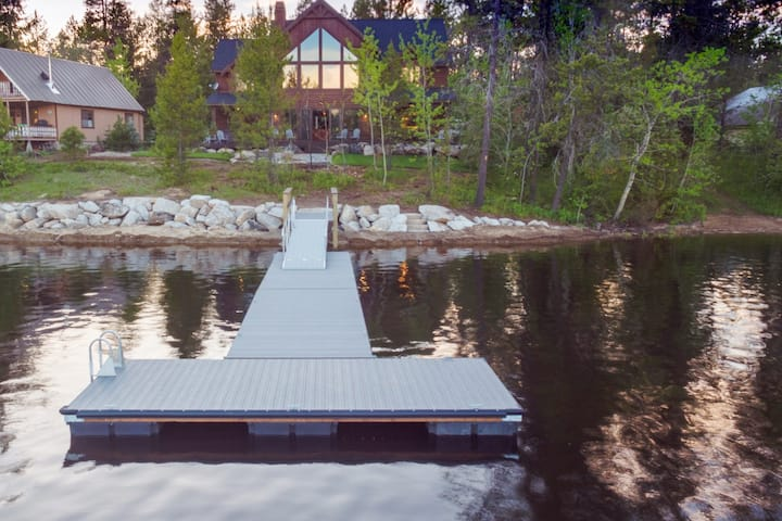 New Lakeside Paradise Cabin with Private Boat Dock