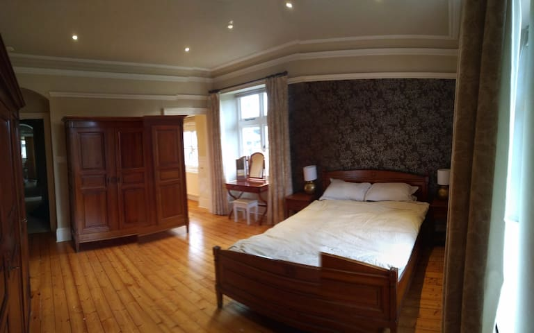 Master Bedroom 1 (With Ensuite)