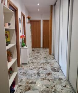 questo e' il corridoio d' ingresso dell' appartamento, le camere per gli ospiti si trovano sulla sinistra la porta in fondo e' il bagno