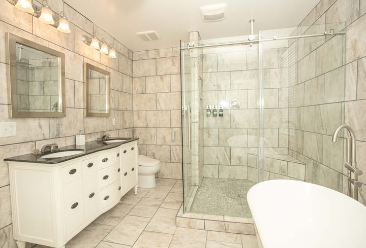 PERFECT GETAWAY IN DOWNTOWN WITH LUXURIOUS BATH