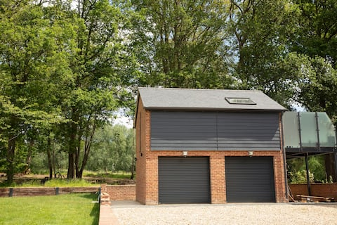 Stylish detached studio apartment near Newbury