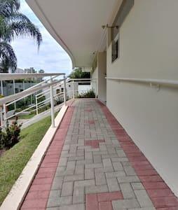 Laluan tanpa anak tangga ke pintu masuk