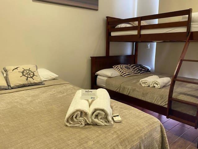 Este es el segundo cuarto, perfecto para los niños, cuenta con una cama queen y un camarote con cama sencilla arriba y cama doble abajo.