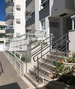 Entrada para o bloco, escada e rampa de acesso