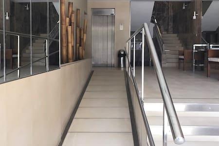 Добре осветен път до входа