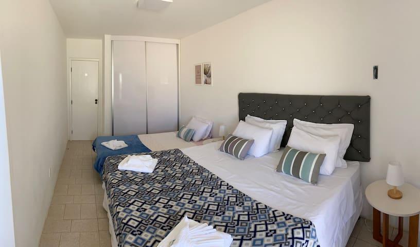 Quarto 2 (primeiro andar) - para até 04 pessoas. Suite com uma cama king e uma cama de solteirão. A suite tem ar condicionado, guarda-roupa e banheiro privativo. O quarto tem acesso a uma ampla varanda com vista mar.