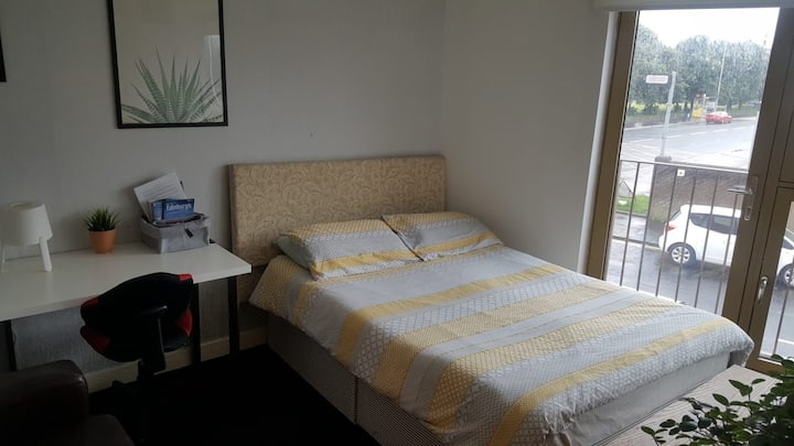 Spacious Double room in modern, secure apartment