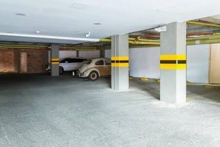 El primer parqueadero es para discapacitados The first parking is for  disabled people.