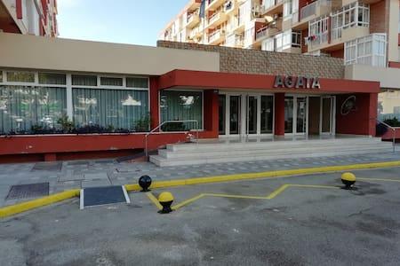 Jalur yang terang menuju pintu masuk