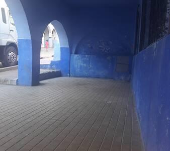 Yaxşı işıqlandırılmış giriş qapısına qədər olan yol