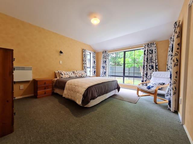 Master Bedroom - 1 x Queen Bed