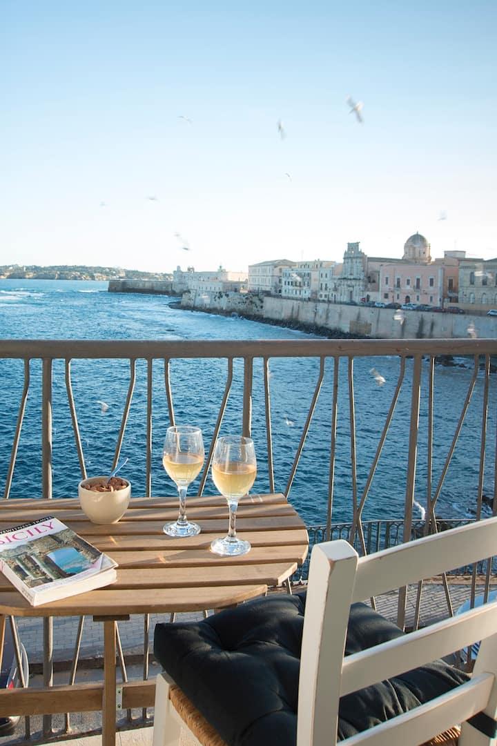 Ortigia's waterfront apt / scenic sea view