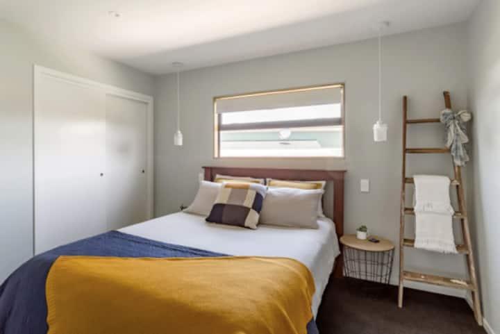 Stylish Room in Beautiful Raglan Home with Hot Tub