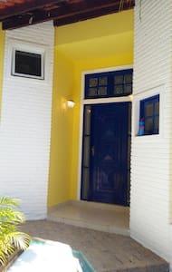 Casa ampla e  terrea, com 4 quartos, sendo 2 suites e 3 salas grandes de estar e jantar.