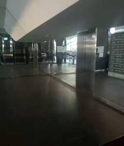 进入电梯的区域很宽敞