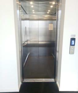 电梯间亮堂堂