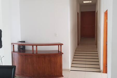 Rampa de acceso a las habitaciones. La puerta de la habitación del fondo tiene 93 centímetros de ancho.