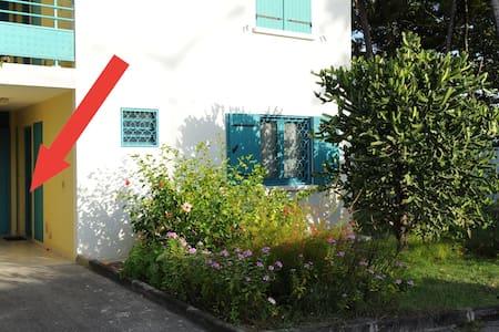 Entrée de l'appartement. Pas de marche à l'entrée, la porte est au même niveau que le parking. L'entrée est parfaitement éclairée de jour comme de nuit (éclairage devant la porte)